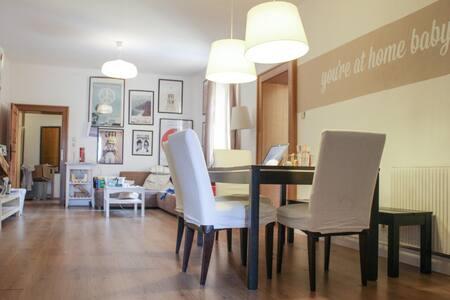 Schlafplatz auf Couch in großer Wohnküche - Társasház