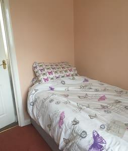 Single Room sleeps 1  GATWICK - House