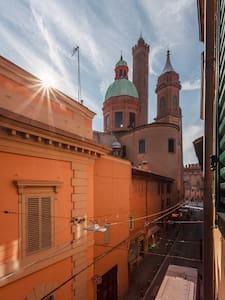 A WINDOW ON BOLOGNA'S TWO TOWERS - Bologna - Loft