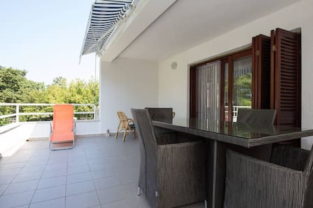 Very big and spacious apartment(6+2) in Krk at sea - Huoneisto