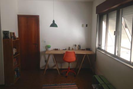 Suíte ampla casa de vila em frente ao Metrô Catete - Rio de Janeiro - Villa
