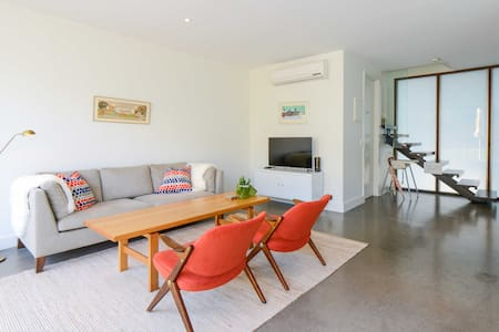 Sparkling & Light 2-Floor Apartment - Collingwood - Apartment