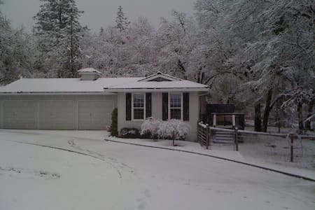 Private Cozy Cottage on 5 acres - Grants Pass - Hus