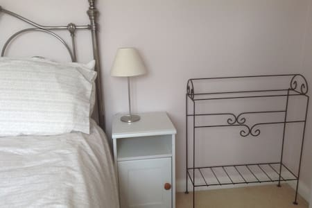 Cosy Double Room Near Train Station - House