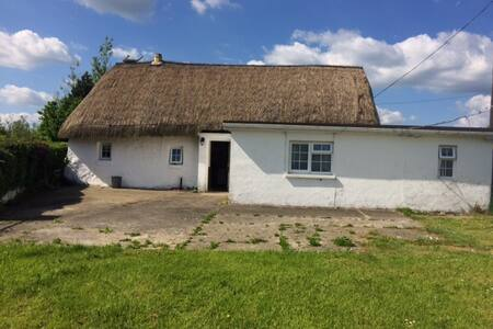 Molly's  Irish Thatched Cottage along N3 - Cabanya