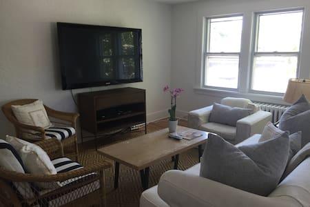 East Hampton Village Apartment - Lakás