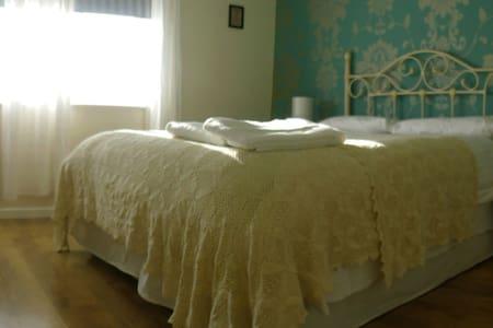 Top Floor Master bedroom with orthopedic mattress - Casa