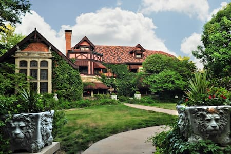Historic Gothic Tudor Mansion Inn - Topeka - Castle