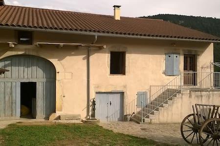 ferme restaurée près de l'eau - Serrières-sur-Ain