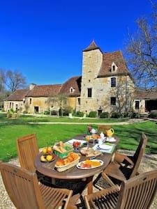 CHAMBRE D HOTE PISCINE DANS MANOIR CLASSE 45€/pers - Bed & Breakfast