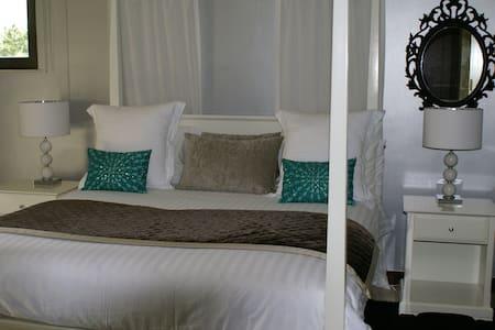 Luxury double bedroom with en suite - Villa