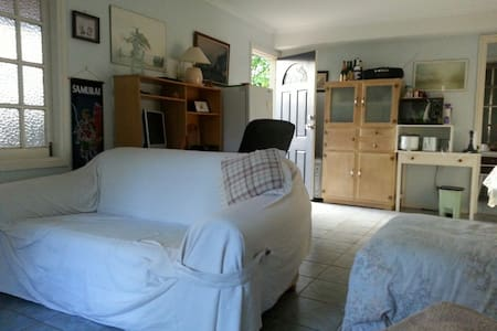 Private bedsit/studio apartment in leafy Bardon. - House