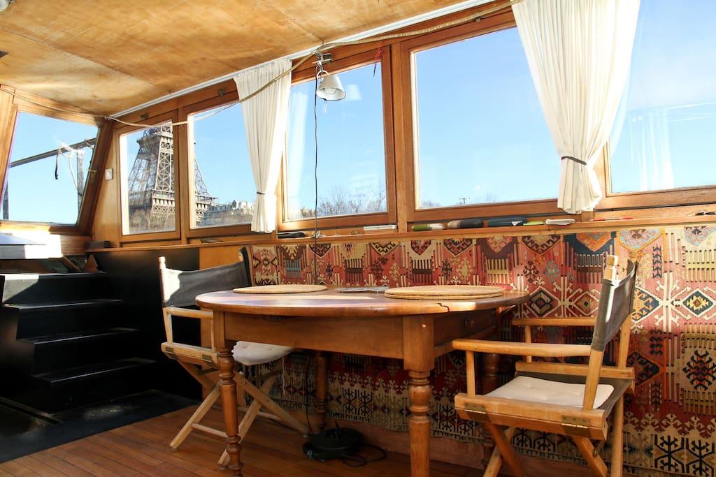 La tour Eiffel au travers des fenêtres de la Salle à manger / Salon; escalier d'accès au pont / terrasse