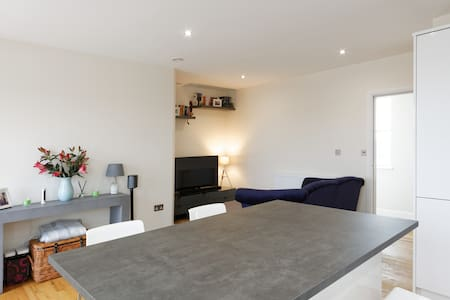 Light and spacious top floor flat - Welling