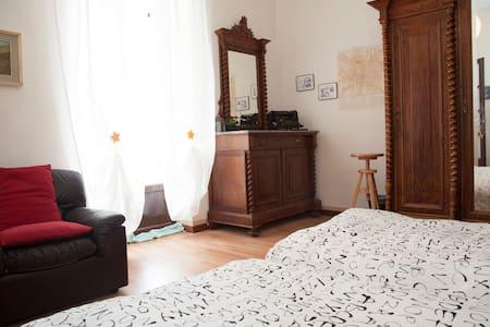 B&B to the three lions -Milano room - Como - Bed & Breakfast