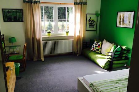 großes Zimmer mit Vorgartennutzung - Geretsried - Hus