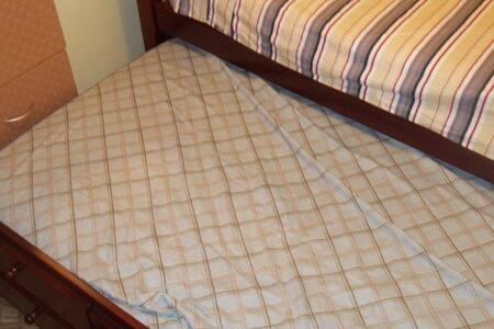 Small Cozy Room Wifi & AC near JFK