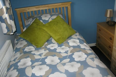 Snug single room, north Bristol - Maison
