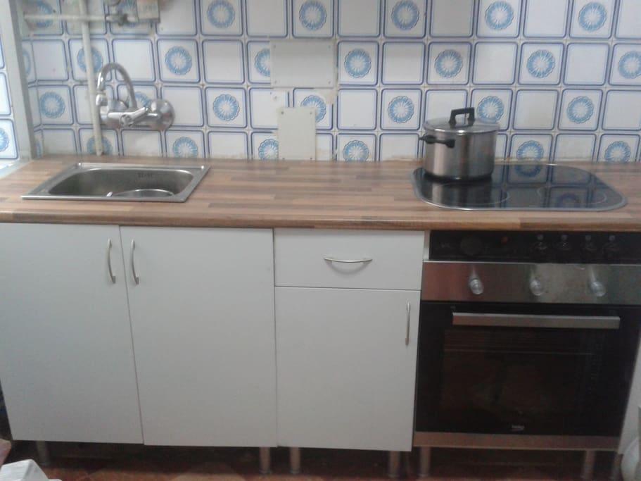 Cocina con frigorífico,lavadora,microondas, horno y vitrocerámica.
