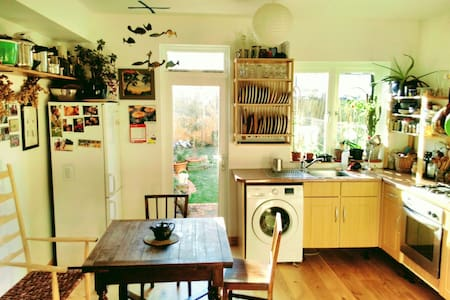 Cosy terraced house with woodstove - London - Rumah
