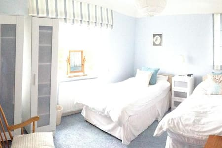 Lovely, bright twin room - Wirral District - House