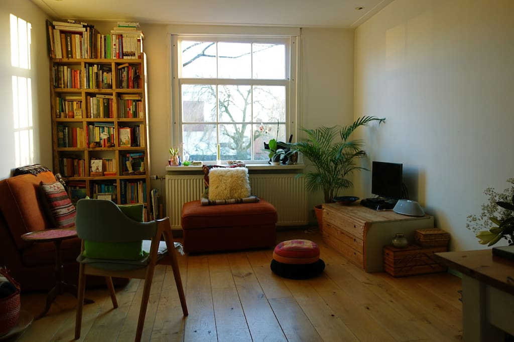 FRONT PART LIVING-ROOM WITH CANAL VIEW