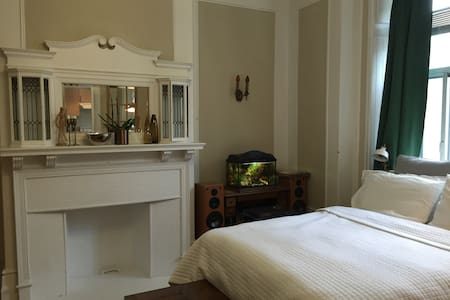 Cozy and spacious one bedroom in heart of Downtown - Montréal - Lejlighed