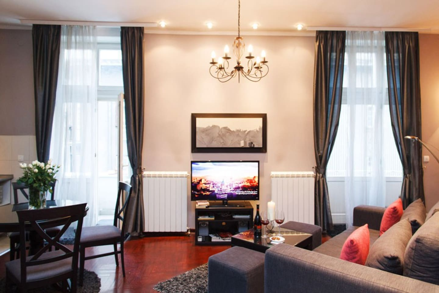 Fabulous central one bedroom apartment with high ceilings & two balconies