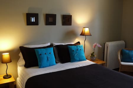Great room right in Sutton village - Bed & Breakfast