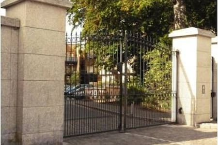 Welcome to Dublin & thank you for checking out my apartment. The apartment is in a fantastic location with easy access to the city as well as having the spectacular Killiney Bay just a short stroll away.