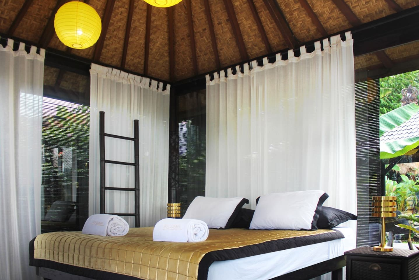 The Coconut Balé offers simplicity and style. An enchanting all glass balé with king bed, private bathroom and terrace.