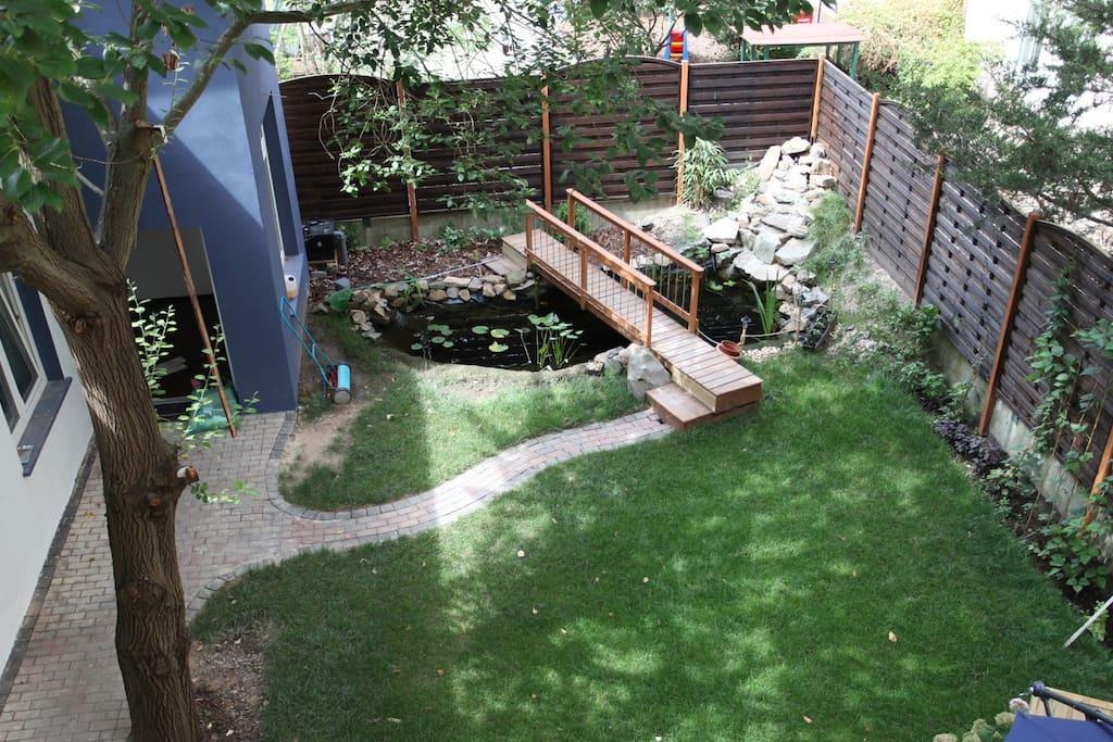 Idyllischer Garten mit Koiteich vor der Tür