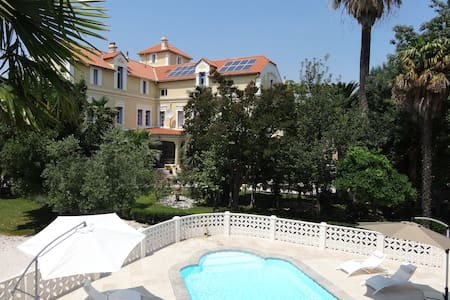Luxury 2 bed apartment in a Chateau
