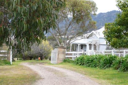 Garden Studio Sweeping Valley Views - Stuga