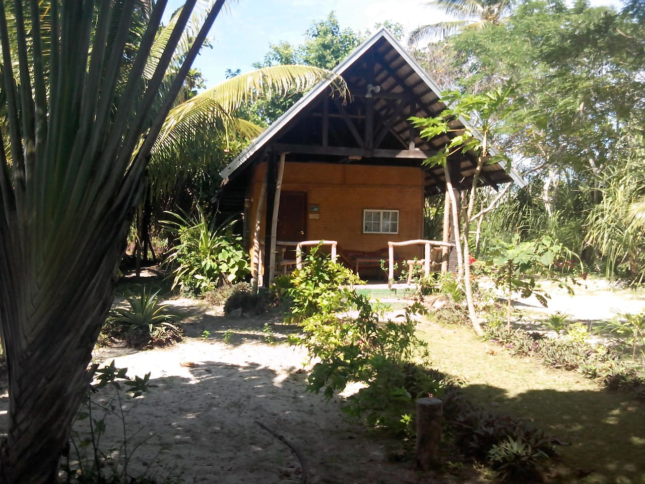 Native cottage near the white sand beach. Ideal for lovers who seeks the sounds of nature.