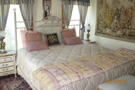 Sawyer Mansion - French Room - Bed & Breakfast