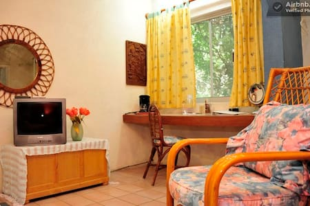 "Authentic B&B ""Casa Naranja"" Room 2 - Cancún - Bed & Breakfast"