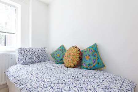 White Room With Moroccan Theme - London - Apartment