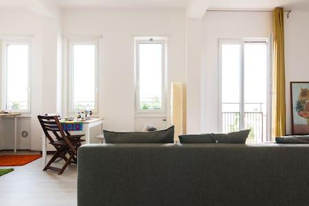 Panoramico studio, tram sotto casa fino al centro - Mailand - Wohnung