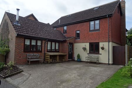Modern Village house - less than 1 hour to London - Hartley Wintney - Huis