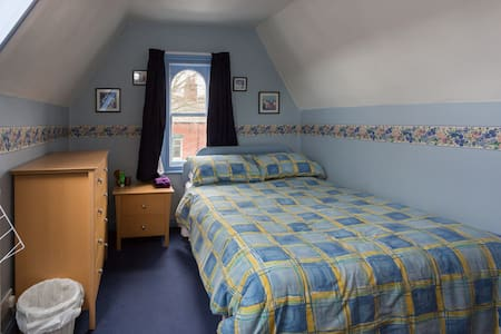 Cosy double attic bedroom - Sheffield - House