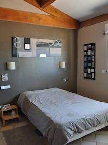 Jolie chambre privé avec piscine-jardin pour 2 - House