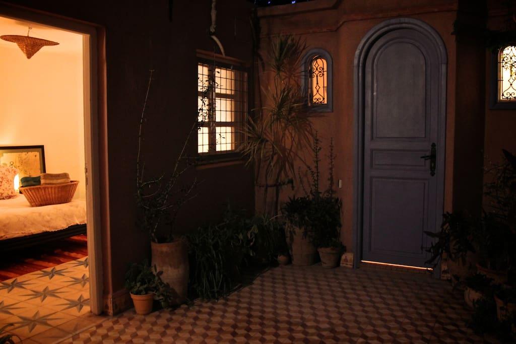 La chambre et la salle de bain privative sont mitoyennes.