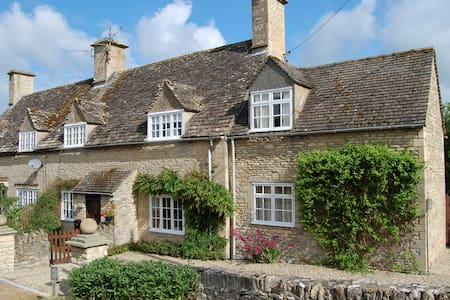 Cotswold Cottage in Quiet Village - House