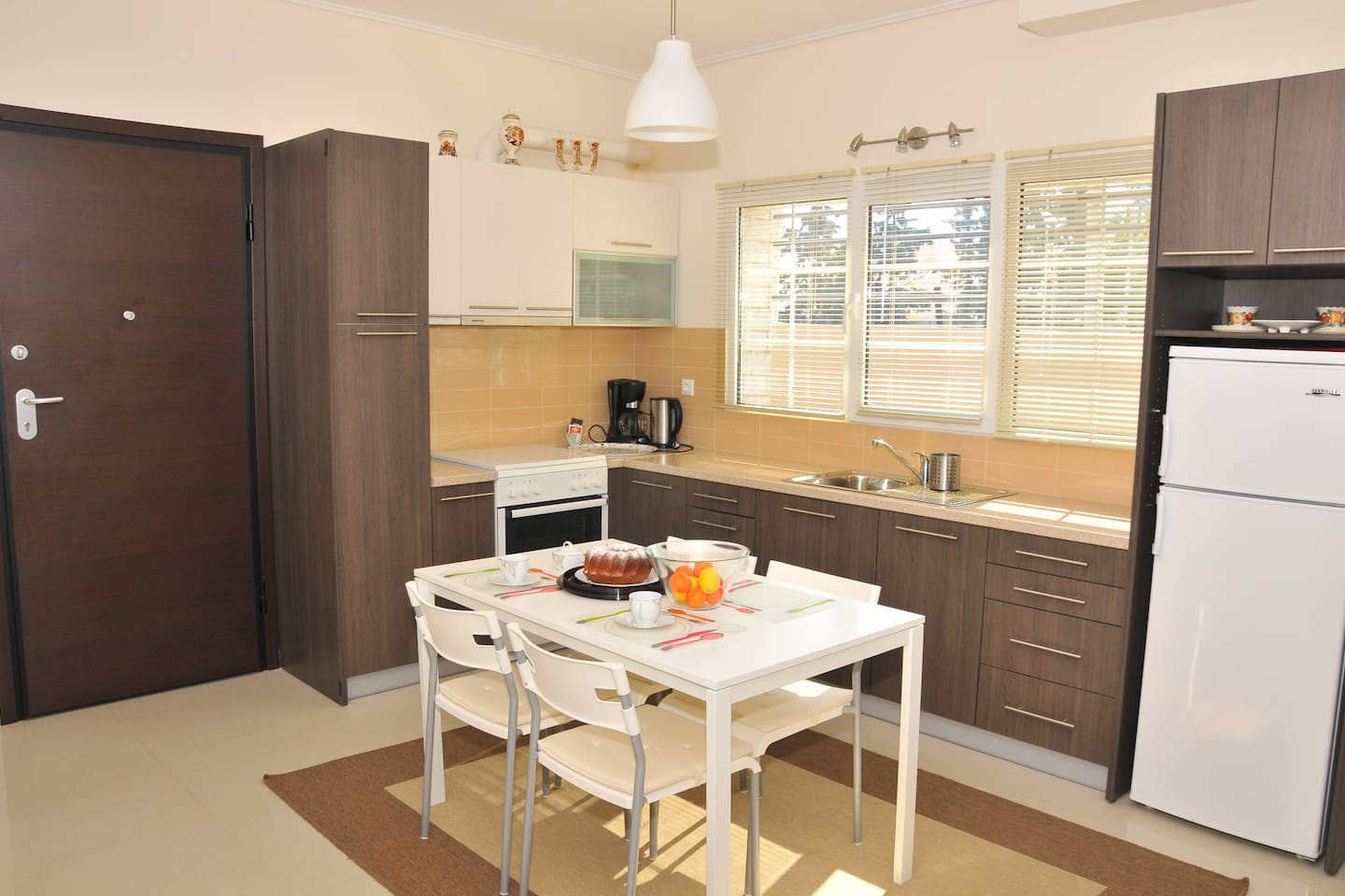 Entrance-kitchen with view to the street