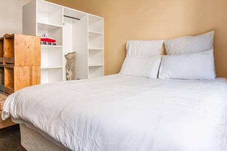 Industrial-Style Studio Apartment - Johannesburg - Apartment