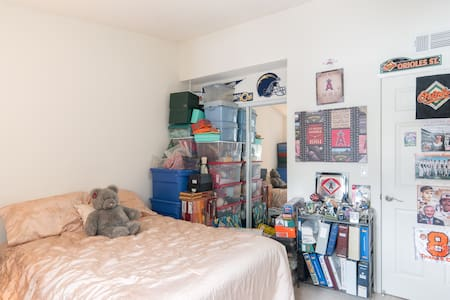 Private Bedroom and Bathroom right off the 101 ! - Calabasas - Apartment