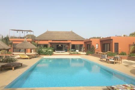 Très grande chambre avec piscine - Nianing