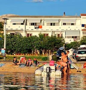 Apartments near sea(15 m) - Metajna - Leilighet