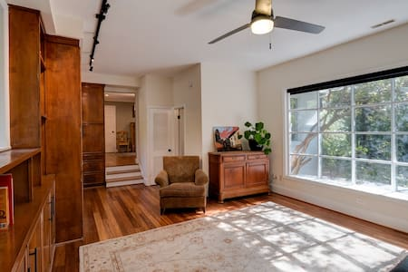 In-Town Chapel Hill King Studio Apartment - Pis